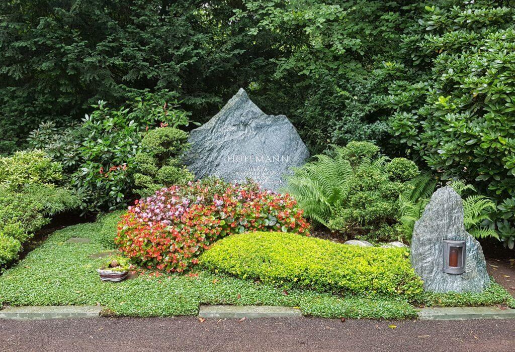 Doppelgrab Gestaltung mit Bodendeckern und Grabstein Findling, Südfriedhof Köln. | Bildquelle: ©Stilvolle-Grabsteine