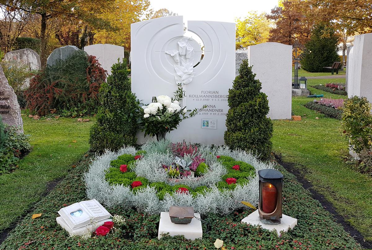 Doppelgrab mit Marmor Grabstein und herbstlicher ganzjähriger Grabbepflanzung