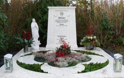 Pfegeleichte Grabgestaltung mit Platten Abdeckung immergrüne Grabpflanzen winterhart