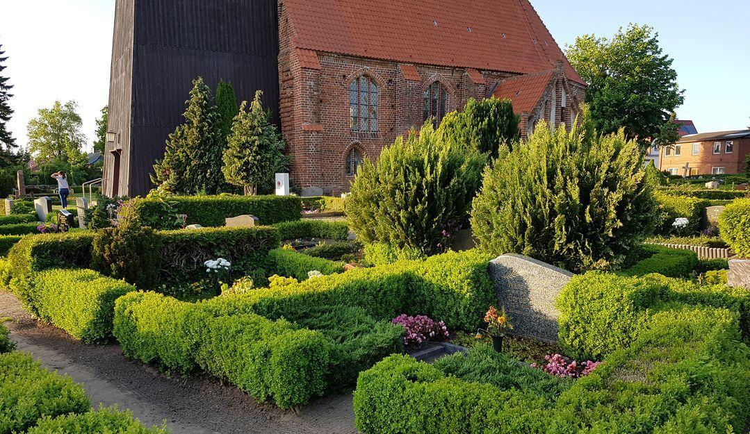 Dorffriedhöfe befinden sich meist an der örtlichen Kirche. | Bildquelle: © Stilvolle Grabsteine