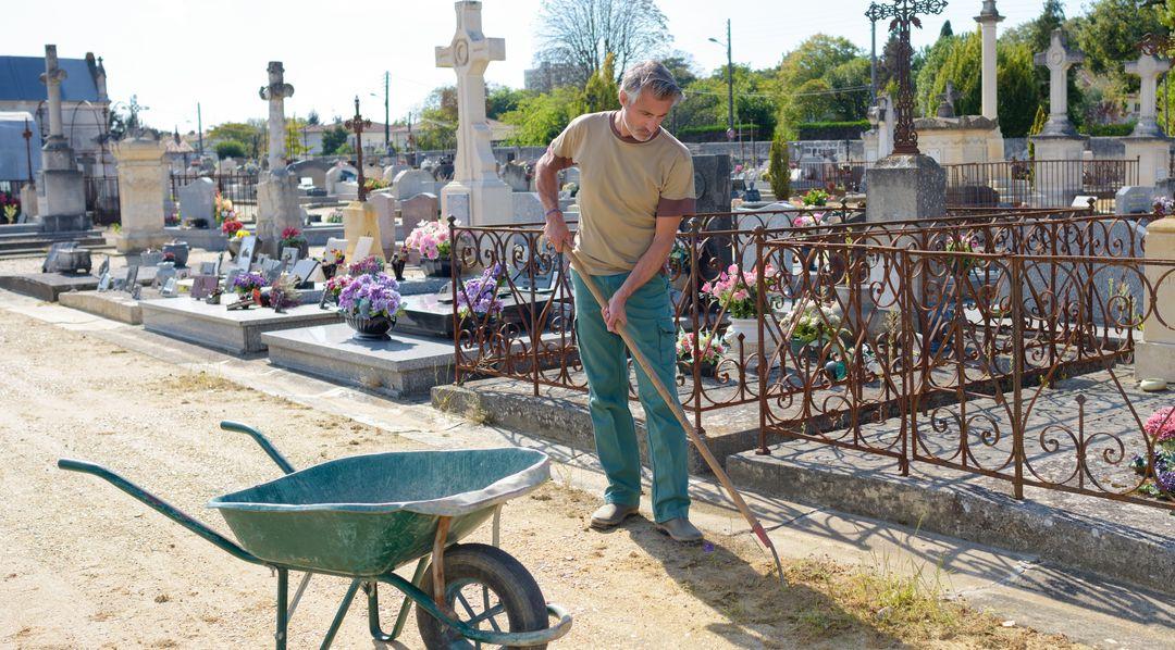 Friedhofsgärtner sorgen für einen gepflegten Friedhof   Bildquelle: © auremar - Fotolia