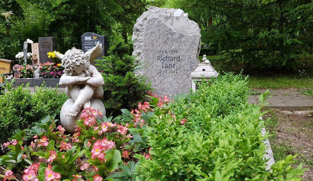 Gräber müssen gepflegt und in Stand gehalten werden | Bildquelle: © Stilvolle Grabsteine