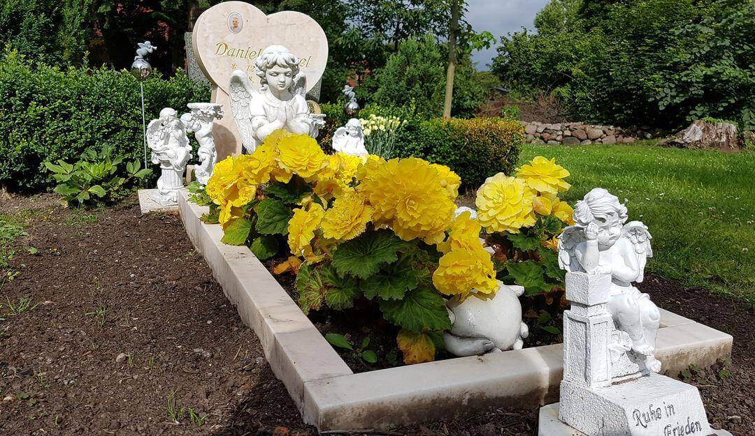 Kleine Grabfiguren kann man bereits ab 50 EUR erwerben. | Bildquelle: © Stilvolle Grabsteine