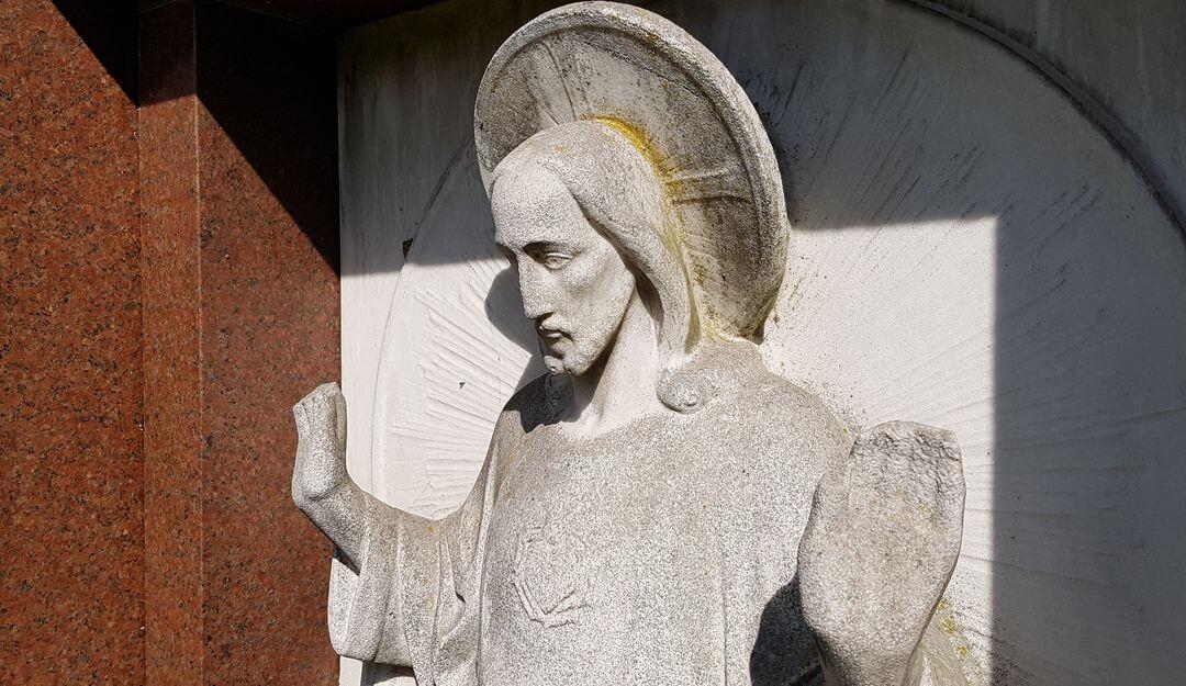 Grabfiguren sind schöne Grabgestaltungselemente, die das Gesamtbild abrunden. | Bildquelle: © Stilvolle Grabsteine