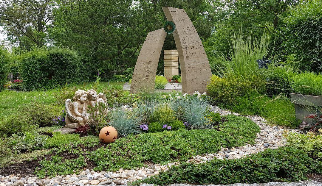 Die Fläche eines Grabes wird grundsätzlich in die Rahmenbepflanzung, Bodendecker und Wechselbepflanzung eingeteilt. | Bildquelle: © Stilvolle Grabsteine