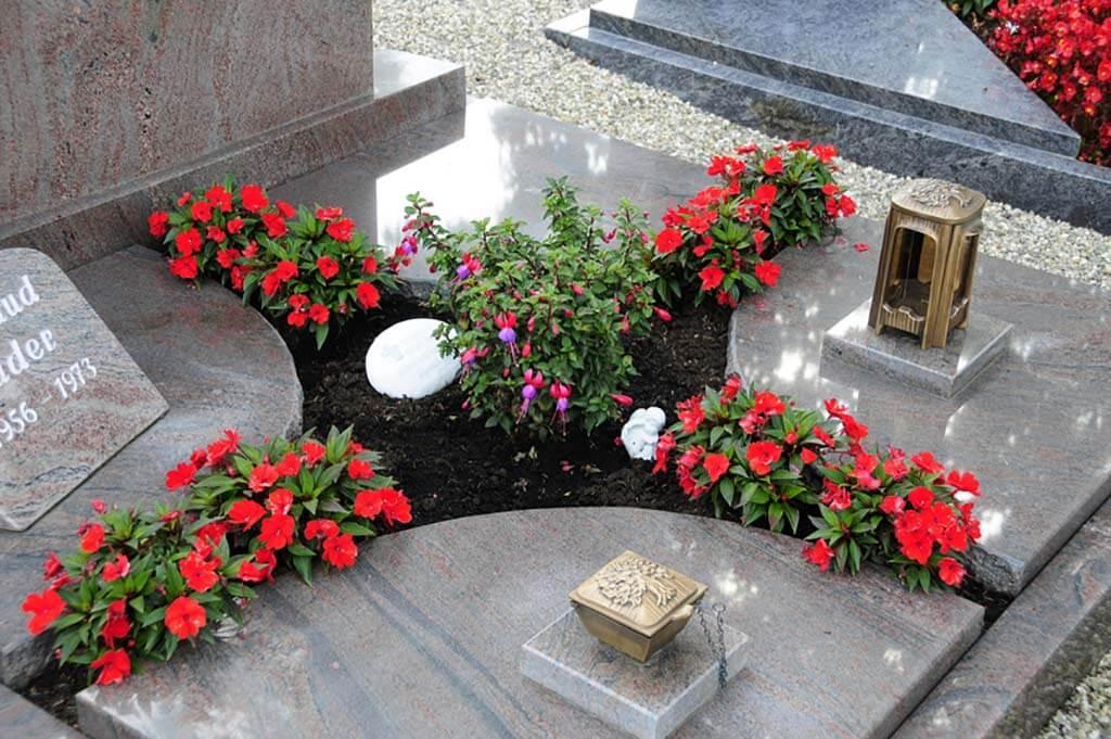 Steinplatten ersparen Ihnen viel Arbeit bei der Grabpflege. | Bildquelle: © Stilvolle Grabsteine