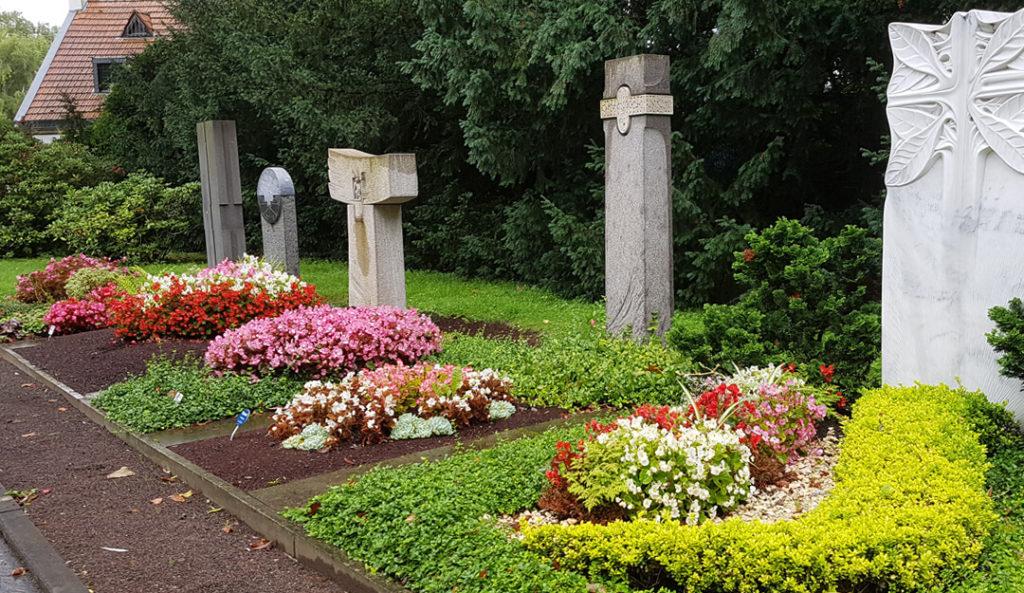 Die Gestaltung des Grabs ist durch die Friedhofsordnung eingeschränkt. © Stilvolle-Grabsteine.de