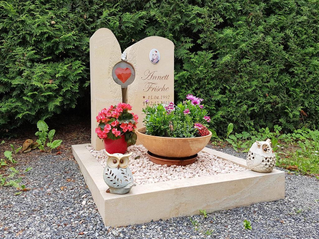Im Frühling können Sie mit Frühblühern erneut Farbe auf die Grabfläche bringen. | Bildquelle: © Stilvolle Grabsteine
