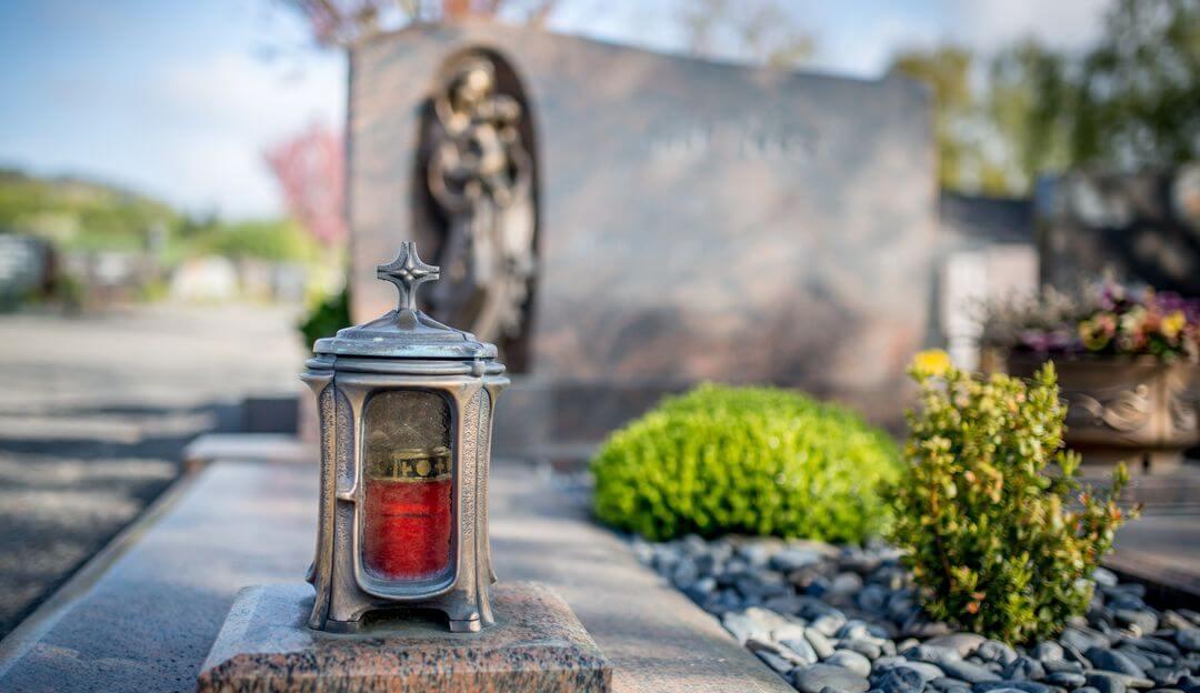 Grablaternen können mit Kerzen oder elektronisch erleuchten. | Bildquelle: © mh90photo - Fotolia