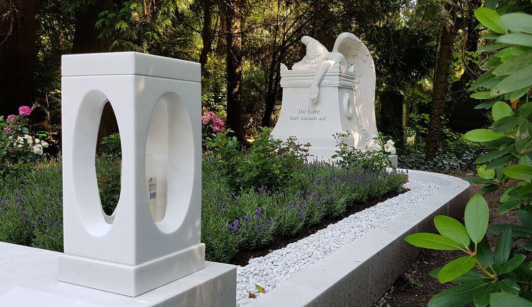 Auch moderne Grablaternen können ein harmonische Bild geben. | Bildquelle: © Stilvolle Grabsteine