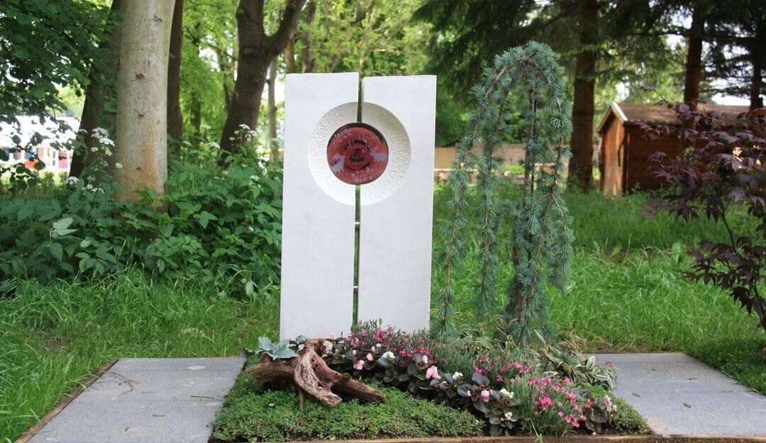 Moderne Grabsteine können durch Glaselemente individuell verschönert werden. | Bildquelle: © Stilvolle Grabsteine