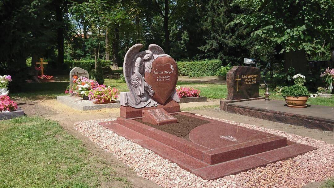 Grabmale können liegend oder stehend das Grab schmücken. | Bildquelle: © Stilvolle Grabsteine