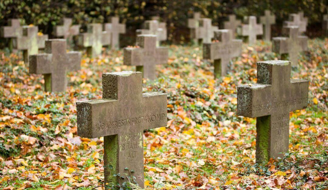Grabkreuze sind besonders in Süddeutschland ein beliebtes Grabmal. | Bildquelle: © eyetronic - Fotolia