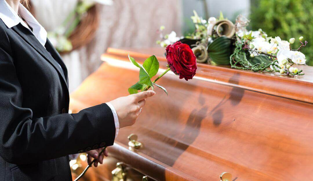 Die Grabrede kann ein wichtiger Punkt für die Trauerbewältigung sein. | Bildquelle: © Kzenon - Fotolia