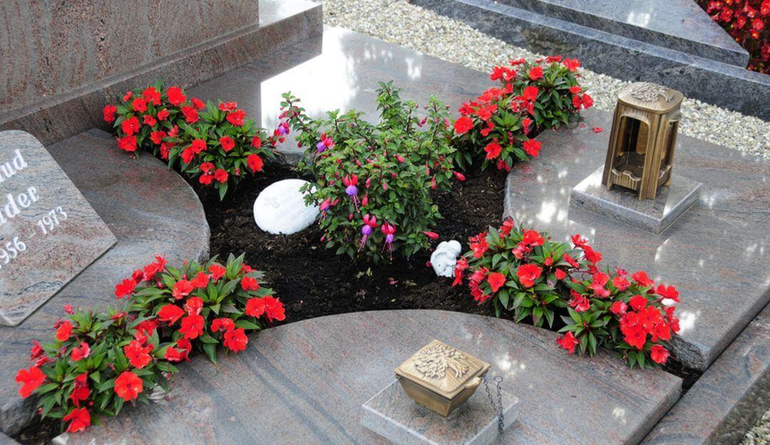 Grablichter und Grablaternen spenden Licht und Zuversicht in dunklen Zeiten. | Bildquelle: ©Stilvolle Grabsteine