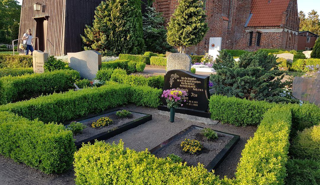 Grabschmuck lässt das Grab gepflegt und stilvoll aussehen. | Bildquelle: ©Stilvolle Grabsteine