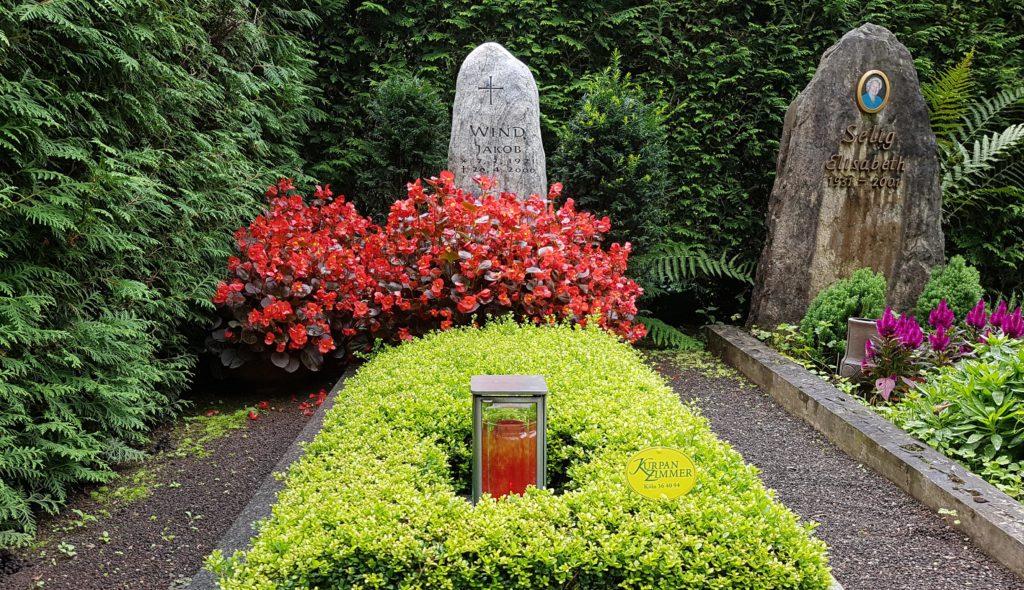 Reihengrab Grabbepflanzung Sommer Bodendecker Grablaterne Grabschmuck