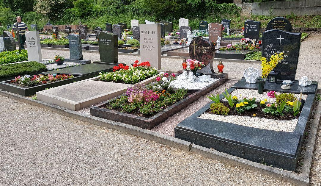 Grabgestaltung pflegeleicht Grabplatten Abdeckungen Kies immergrüne Grabbepflanzung