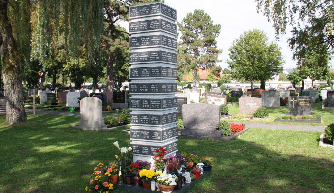 Die Urnenstele stellt eine oberirdische Variante der Grabstätte dar. | Bildquelle: © stilvolle-grabsteine.de
