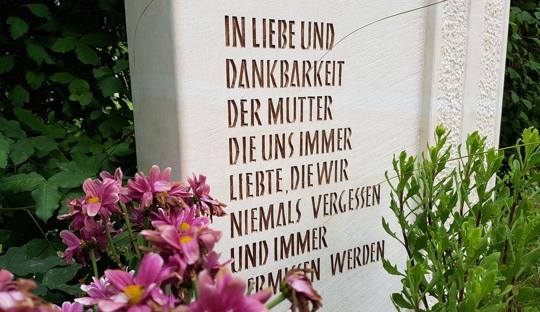 Grabsteine werden oft mit Abschiedsworten versehen. | Bildquelle: © stilvolle-grabsteine.de