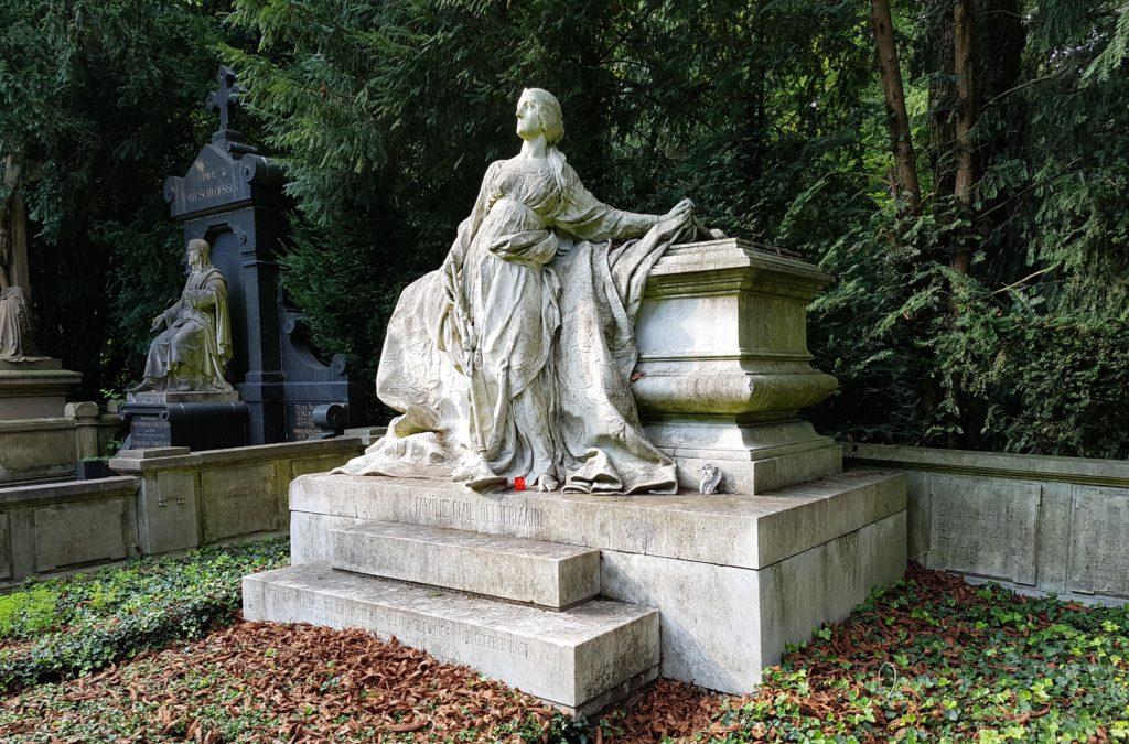 Grabstein-Sarg-Grabfigur-Melaten-Friedhof-Marmor-Grabstätte-historisch