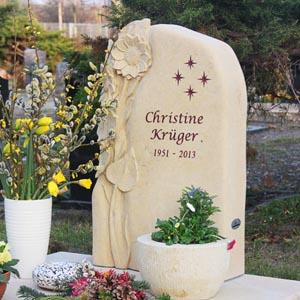 Eine Grafik zu Urnengrab Gestaltung Grabstein mit Sonnenblume - Grabplatte für Urnengräber aus Sandstein