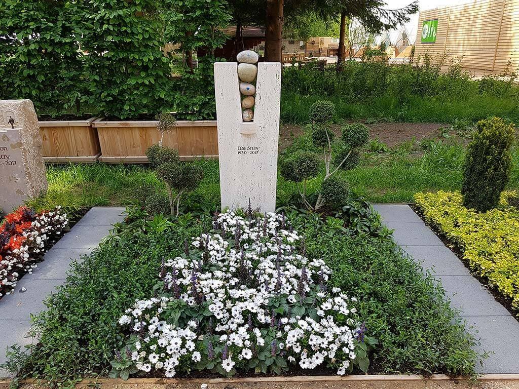 Grabstelen sind eine Form des Grabsteins und sehr beliebt als Grabmal. | Bildquelle: © Stilvolle Grabsteine