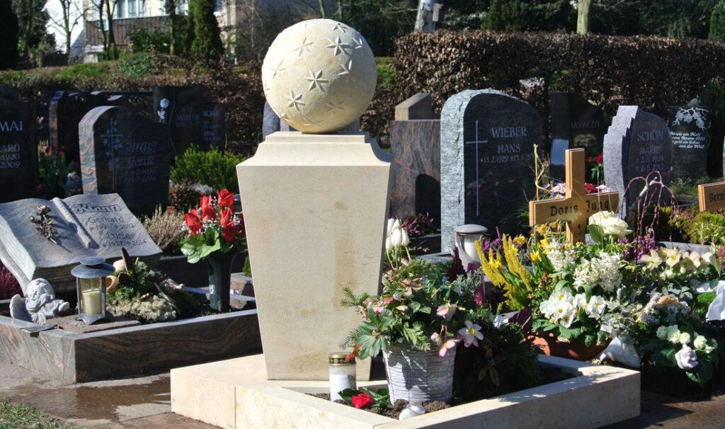 Urnengrabsteine mit Einfassung & Kugel i