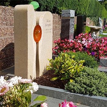 Eine Grafik zu Urnengrabstätte Gestaltung mit Grabstein zweiteilig - Steinmetz Material Kalkstein & Glas Sonne