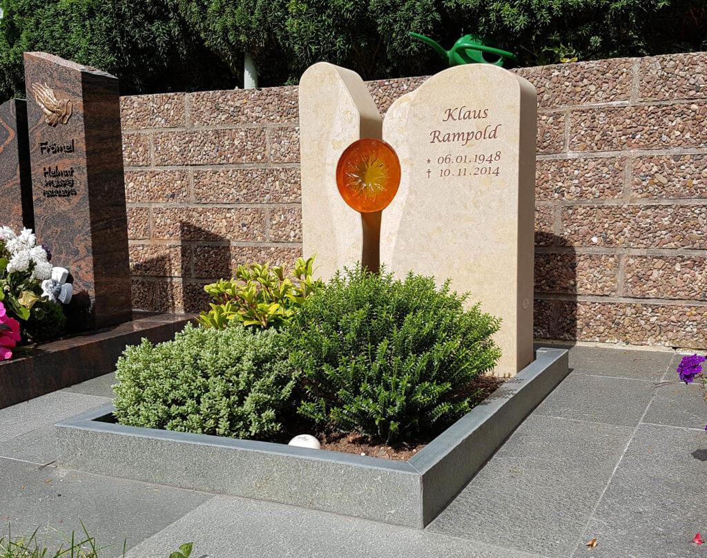 Kleine-Grabsteine-Urnengrab-Einfassung-Immergrüne-Bepflanzung-
