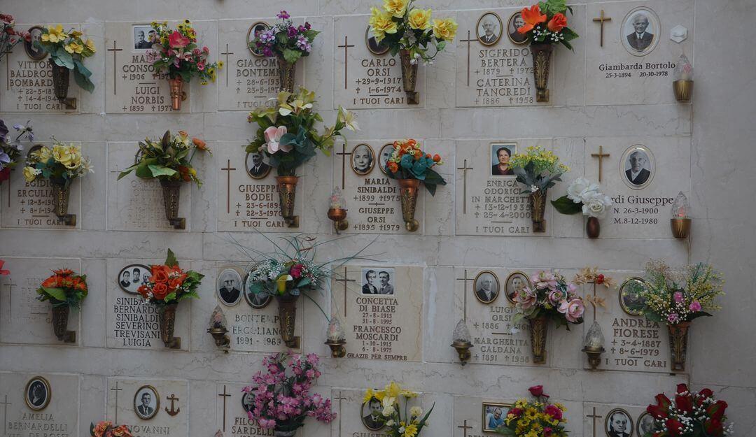 Urnenwand mit Blumenschmuck, Bildern und Inschriften. | Bildquelle: ©Stilvolle-Grabsteine