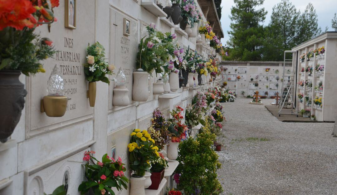 Kolumbarium aus Naturstein mit Blumenschmuck. | Bildquelle: ©Stilvolle-Grabsteine