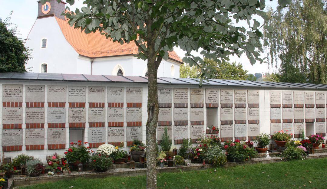 Ein Kolumbarium kann die Wand des Friedhofgeländes eingearbeitet sein. | Bildquelle: ©Stilvolle-Grabsteine