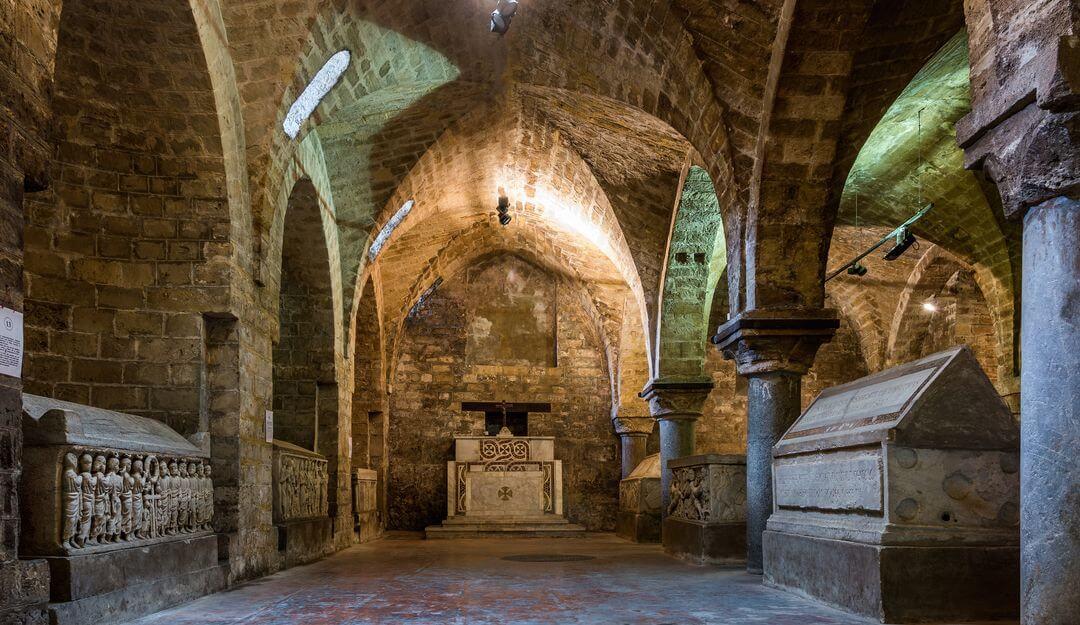 In Krypten können sich offen stehende oder verdeckte Gräber befinden. | Bildquelle: © alessio_lp - Fotolia