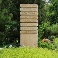 Gemeinschaftsgrab mit Urnenstele Naturstein Friedhof Erfurt Hochheim Thüringen