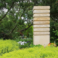 Gemeinschaftsgrab mit Urnenstele Naturstein Beispiel Idee Foto Bild Erfurt Hochheim Friedhof
