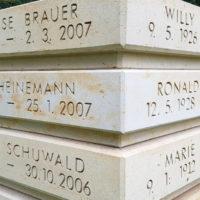 Beschriftung Inschrift Urnenstele Sandstein Naturstein Friedhof Erfurt Hochheim Thüringen