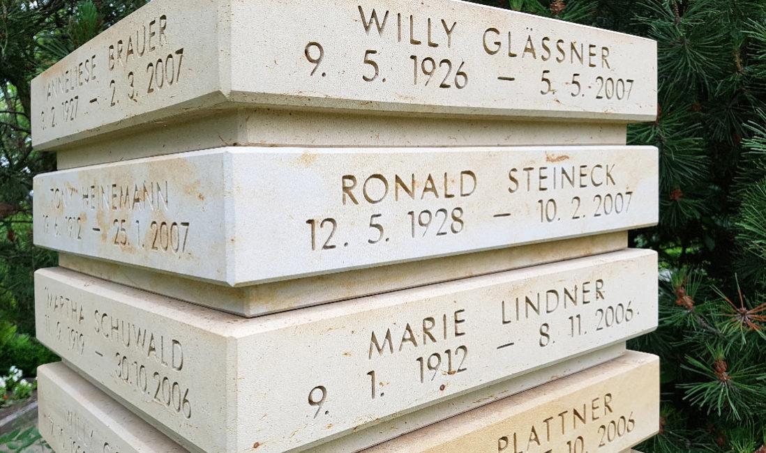 Gedenkstein Urnengrab Urnenstele Inschrift Beschriftung Kalkstein Erfurt Friedhof Hochheim Detail