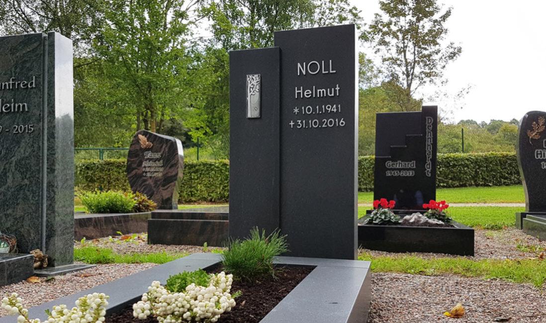 Zweiteiliger Grabstein zweigeteilt modern Design Einzelgrabstätte gestalten Gestaltung Beispiel  Einzelgrab mit Einfassung Grabmale Einzelgräber Bepflanzung Fotos Bilder Friedhof Ronshausen