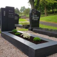 Grabmale mit Einfassung Granit Modern Design Steinmetz Bepflanzung im Sommer Herbst pflegeleichte einfache wenig Aufwand Sonne zweiteiliger Grabstein Friedhof Ronshausen