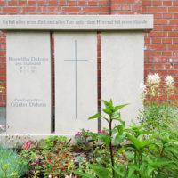 Großer Familiengrabstein aus hellem Kalkstein Grabgestaltung Familiengrabstätte Doppelgrab für Mehrfachbestattungen Friedhof Erfurt Hochheim