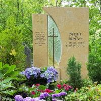 Grab Bepflanzen Schatten Sommer wenig Sonne Grabstein christlich Kreuz Kalkstein Blumen Schmuck Steinmetz Erfurt Hauptfriedhof
