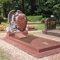 Trittplatten Grab Engel Friedhofsengel Grabstätte Einzelgrab Grabumrandung Liegeplatte Papyrus Granit Ruby Red Rot Friedhof Borne Steinmetz
