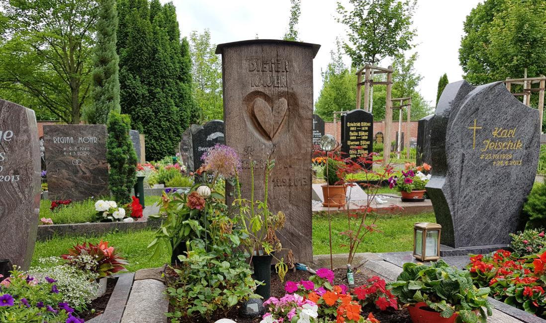 Holz Grabstein Urnengrab Herz Motiv Grabsteine aus Holz Gestaltung Holzgrabmale Design Beispiele Ideen Fotos Friedhof Erfurt Hochheim