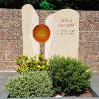Zweitiliger Grabstein Glas Element Sonne Urnengrab Gestaltung Grabbepflanzung immergrün pflegeleicht Bad Hersfeld Steinmetz Freidhof Frauenberg