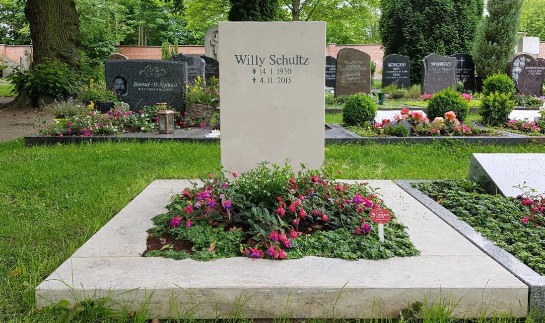 Grabstein Urnengrab Einfassung Kalkstein Erfurt Friedhof Hochheim Bepflanzung