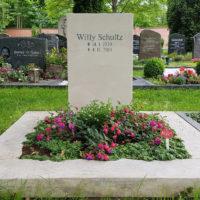 Urnengrabstelle mit Grabstein und Einfassung Grabbepflanzung Bodendecker Friedhof Erfurt Hochheim