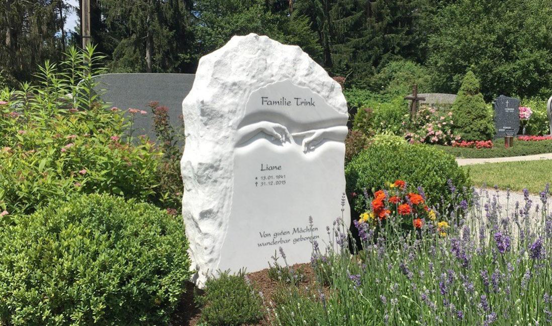 Doppelgrabstein Familiengrabstein  Grabstein Findling Felsen Doppelgrabstein Doppelgrabmal Marmor Michelangelo Berührende Hände Friedhof Villach Mittewald Österreich