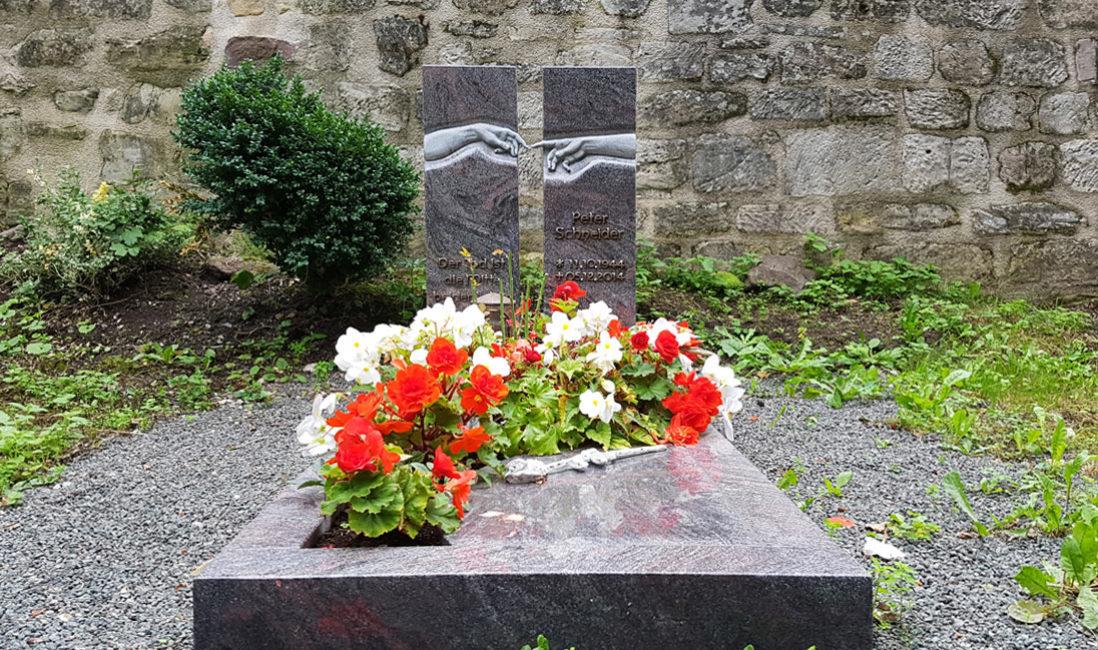 Grabstein Einzelgrab Grabeinfassung Gestaltung Grabplatte Granit Paradiso Bepflanzung Grabgestaltung Pflegeleicht Blumen Platte Georgenthal Friedhof Steinmetz
