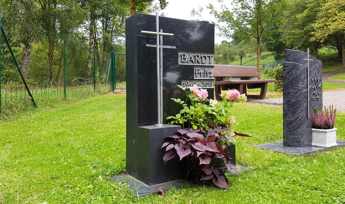 Rasengrabstein Wiesengrabstein Urnengrab Grabstein granit poliert Edelstahl Kreuz Symbol Steinmetz Friedhof Ronshausen